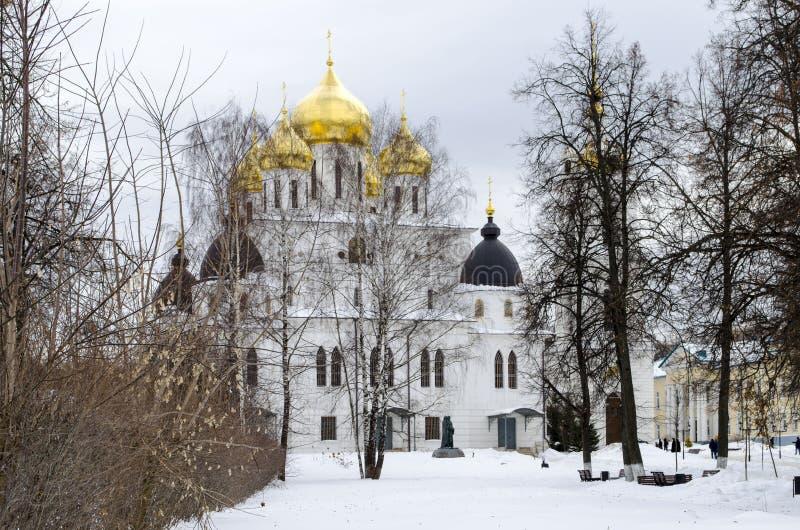 Cathédrale d'hypothèse à l'arrière-plan d'hiver de région de Dmitrov Moscou images stock