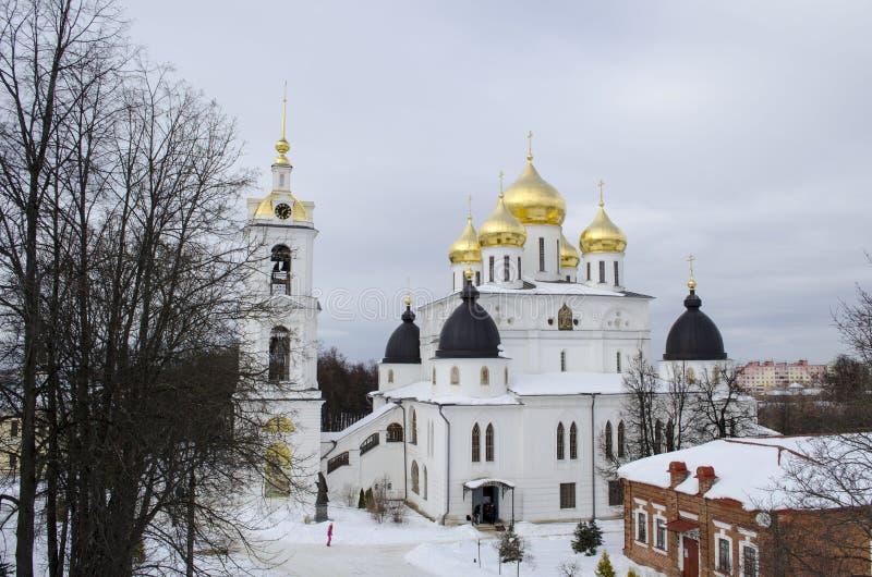 Cathédrale d'hypothèse à l'arrière-plan d'hiver de région de Dmitrov Moscou image libre de droits