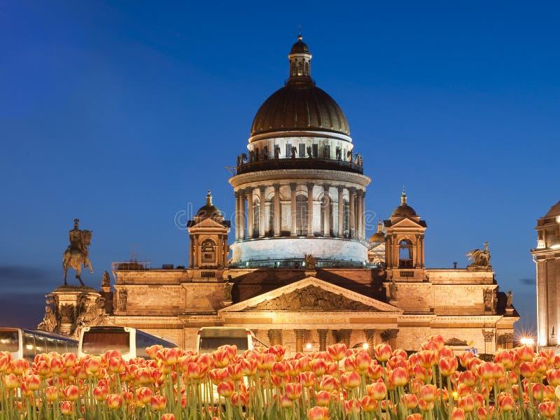 Cathédrale d'Isaakievsky dans la rue - Pétersbourg photos stock