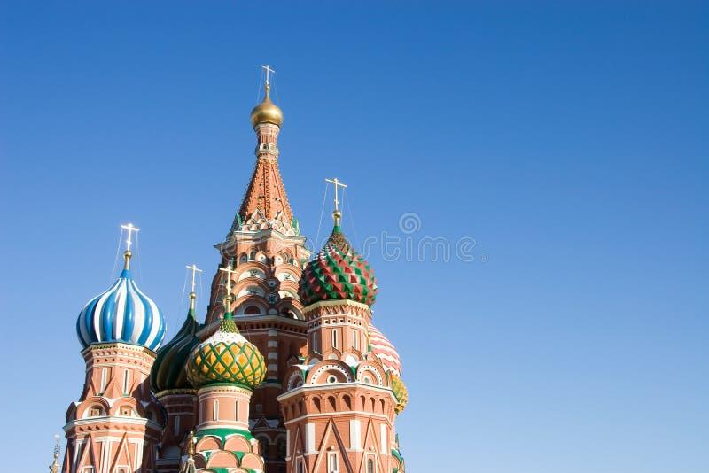 Cathédrale dans le grand dos rouge dans la ville de Moscou photographie stock