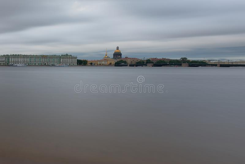 Cathédrale dans les nuages sur le Neva photo stock