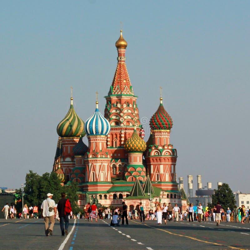 Cathédrale de basilic de rue dans le grand dos rouge images libres de droits