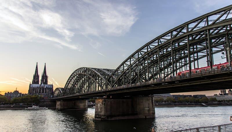 Cathédrale de Cologne et passerelle de Hohenzollern la nuit photo libre de droits