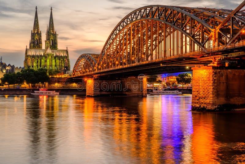 Cathédrale de Cologne et pont de Hohenzollern au coucher du soleil, Allemagne photographie stock libre de droits