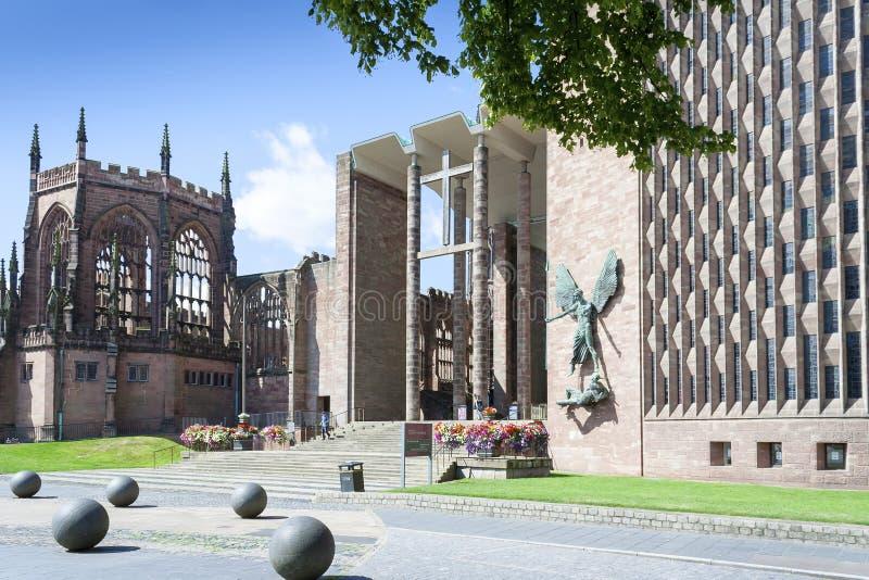 Cathédrale de Coventry nouvelle et vieille images libres de droits