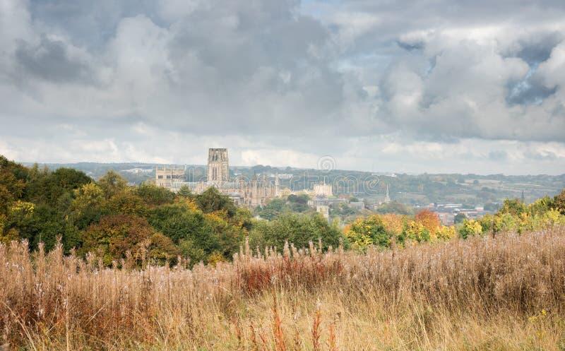 Cathédrale de Durham des sud avec un ciel orageux photo stock