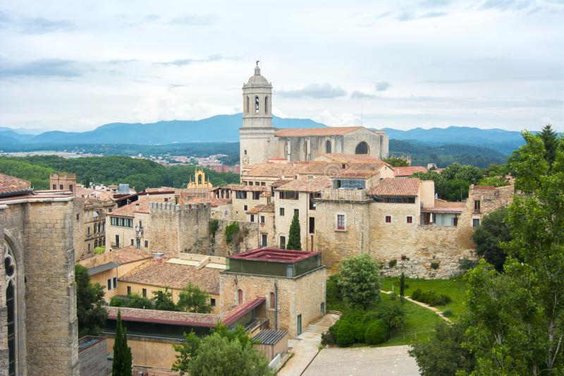 Cathédrale de Gérone au-dessus de vieux murs de ville, Espagne photo stock