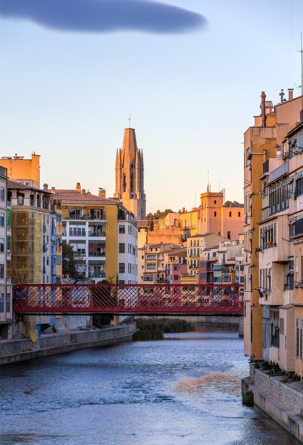 Cathédrale de Gérone avec le pont d'Eiffel au-dessus de la rivière d'Onyar images libres de droits