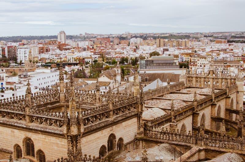 Cathédrale de l'Espagne, Séville, toit carré décoré, contreforts décorés et volants photos stock