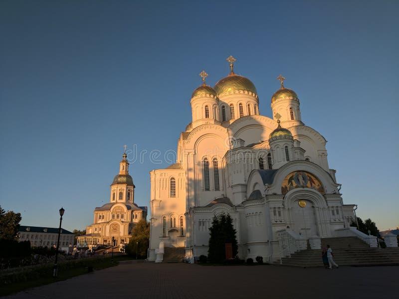 Cathédrale de la transfiguration dans Diveyevo sur le coucher du soleil avec le ciel bleu images libres de droits