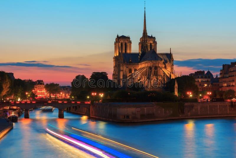 Cathédrale de Notre Dame de Paris au coucher du soleil photographie stock libre de droits