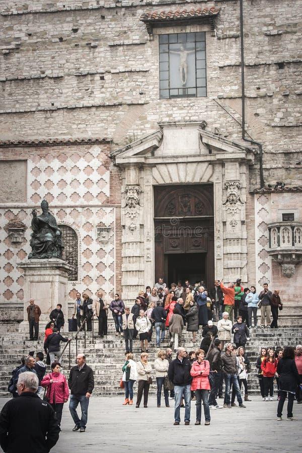 Cathédrale de Pérouse avec la foule des personnes l'Italie photos libres de droits