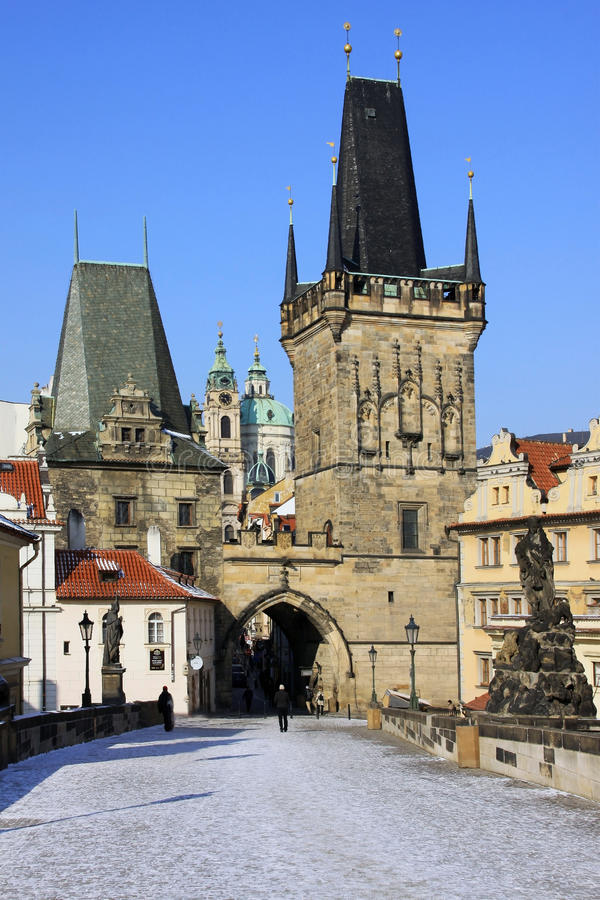 Cathédrale de Pragues Saint-Nicolas avec la tour de passerelle photographie stock