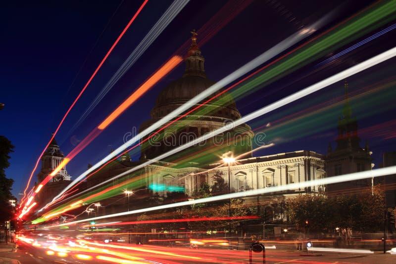 Cathédrale de rue Paulâs la nuit photographie stock libre de droits
