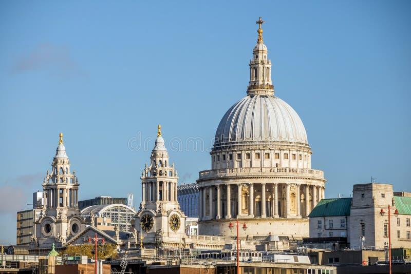 Cathédrale de rue Pauls à Londres photographie stock