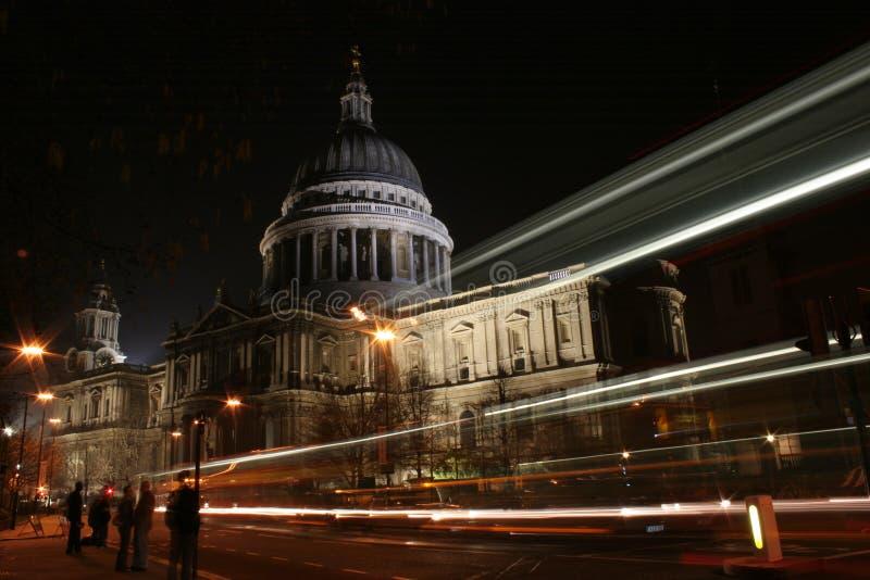 Cathédrale de rue Pauls la nuit photographie stock libre de droits
