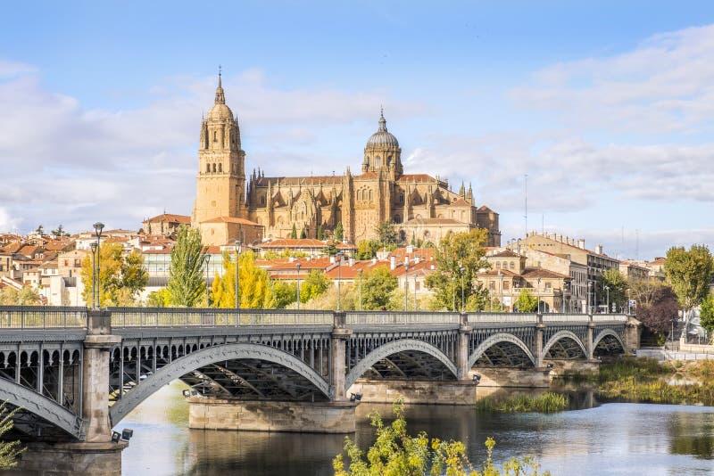 Cathédrale de Salamanque et de pont au-dessus de rivière de Tormes, Espagne images stock