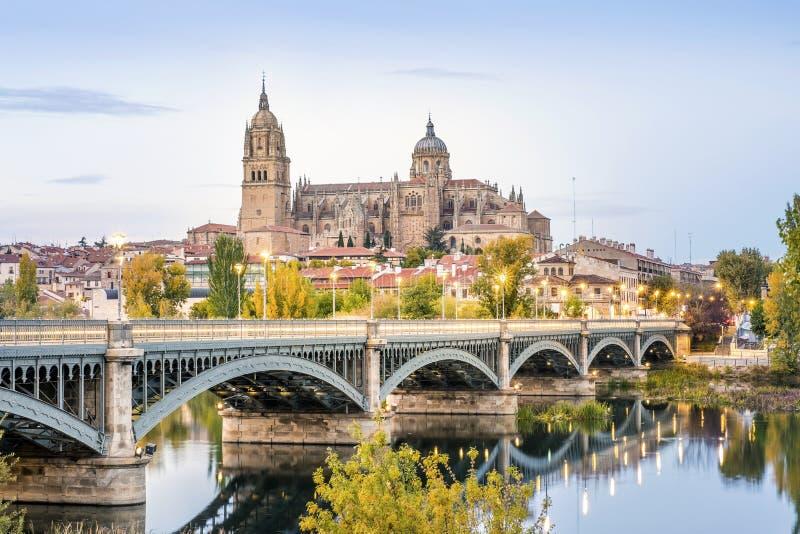 Cathédrale de Salamanque et de pont au-dessus de rivière de Tormes, Espagne photographie stock
