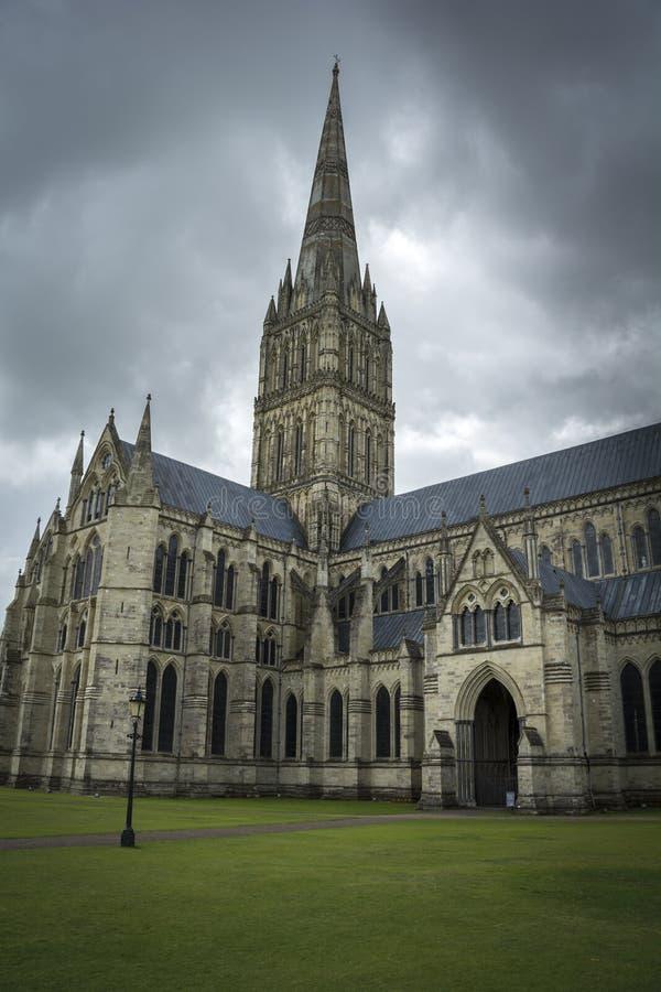 Cathédrale de Salisbury sous le ciel déprimé image libre de droits