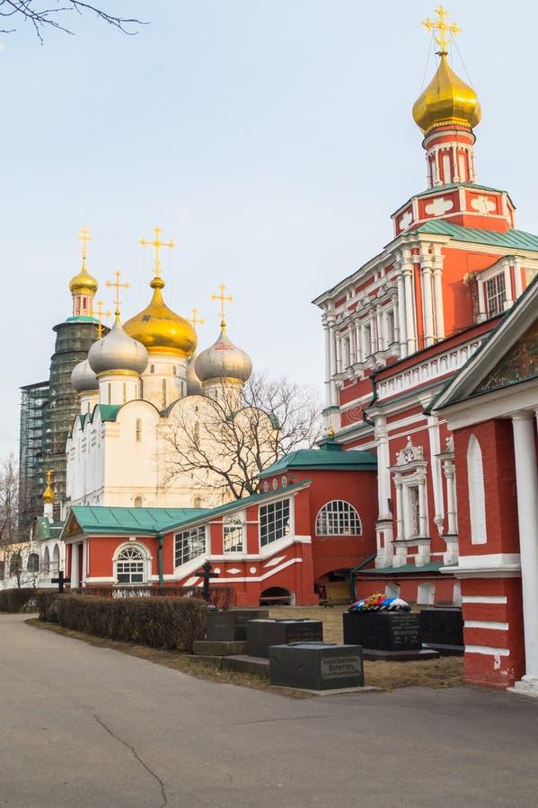 Cathédrale de Smolensky et fragment d'église d'hypothèse dans le couvent de Novodevichy, Moscou photos libres de droits