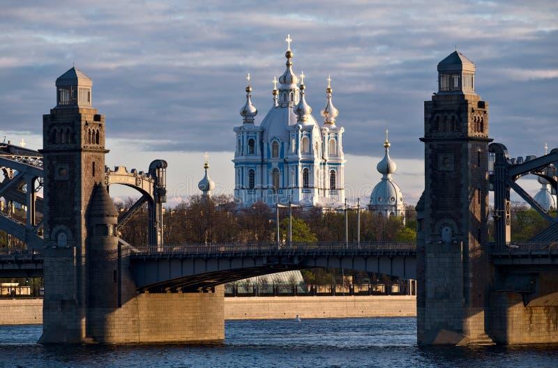 Cathédrale de Smolny et pont de Bolsheokhtinsky à St Petersburg images libres de droits