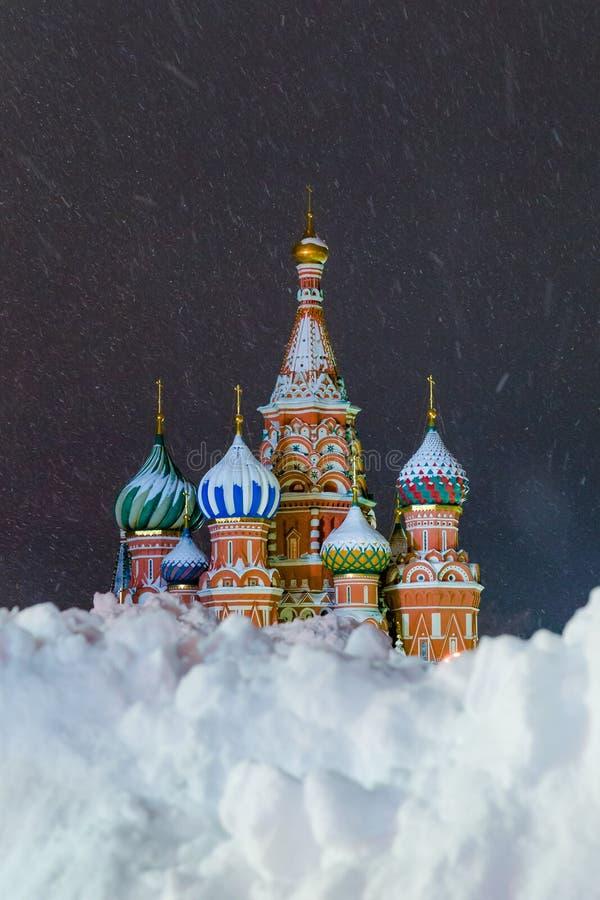 Cathédrale de St Basil vue par la neige Grand dos rouge, Moscou, Russie image libre de droits