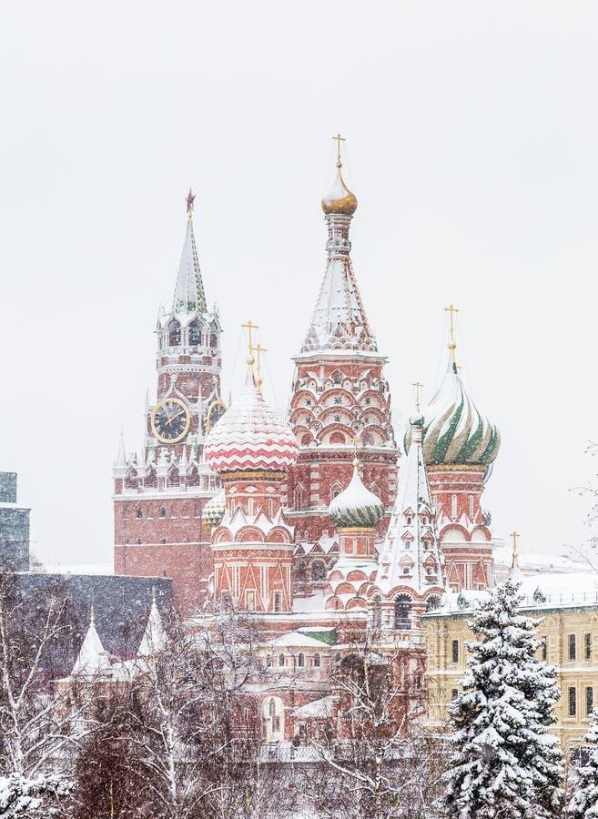 Cathédrale de St Basil vue par la neige Grand dos rouge, Moscou, Russie images stock