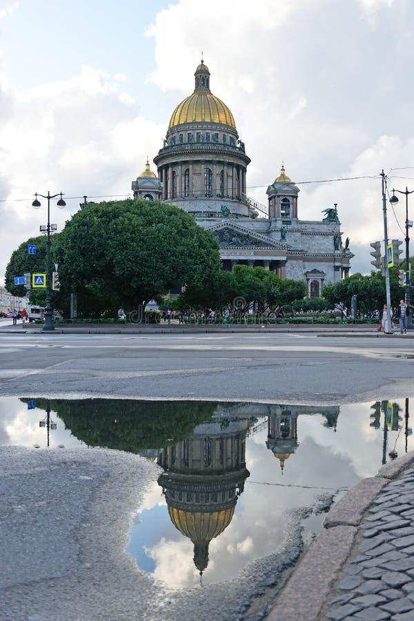 Cathédrale de St Isaac et sa réflexion sur le trottoir humide photos libres de droits