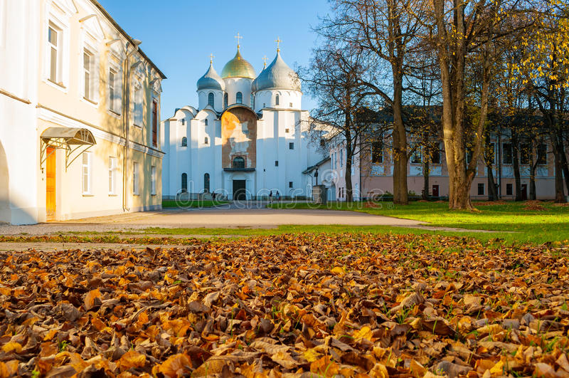 Cathédrale de St Sophia Russian Orthodox à la soirée ensoleillée d'automne dans Veliky Novgorod, Russie - paysage d'automne d'arc photos libres de droits
