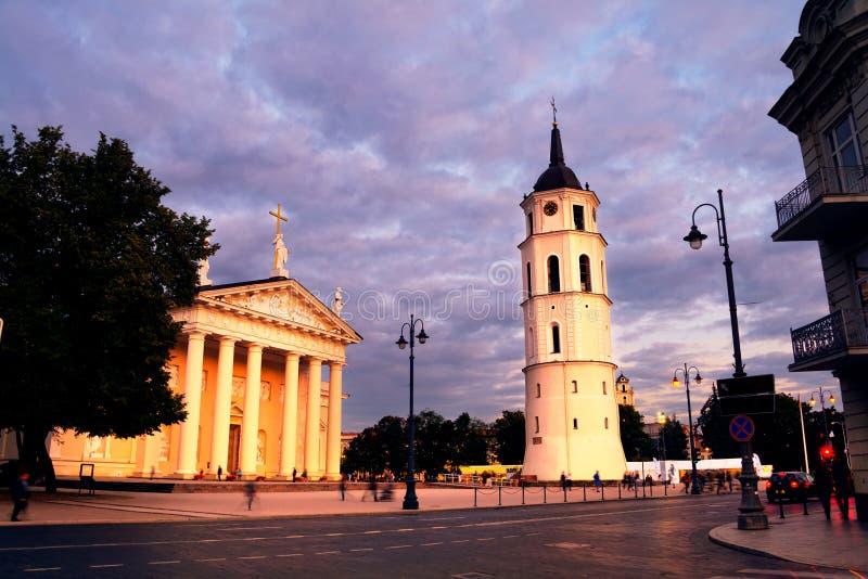 Cathédrale de tour de Vilnius, de la Lithuanie et de Bell la nuit photos stock