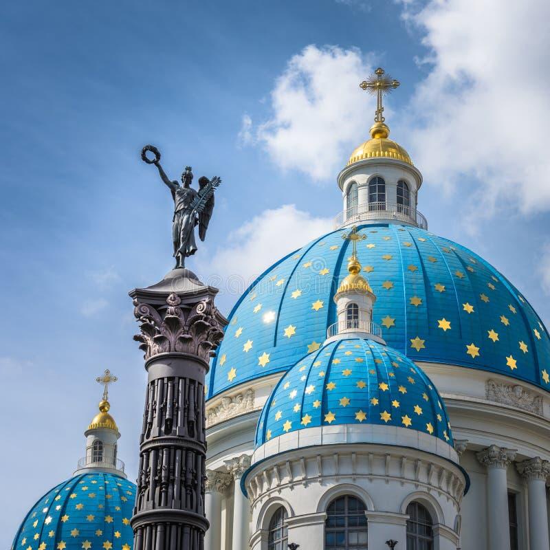 Cathédrale de trinité et colonne de gloire, St Petersburg, Russie photographie stock libre de droits
