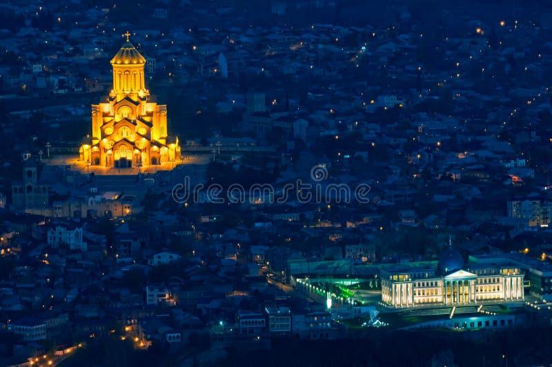 Cathédrale de trinité sainte de Tbilisi la nuit photo stock
