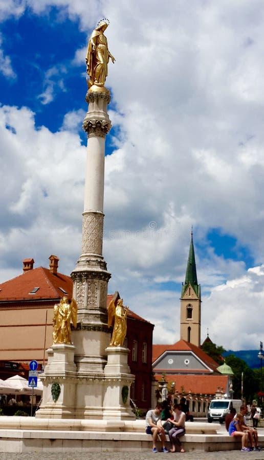 Cathédrale de Zagreb - colonne de Mary devant la cathédrale photo libre de droits