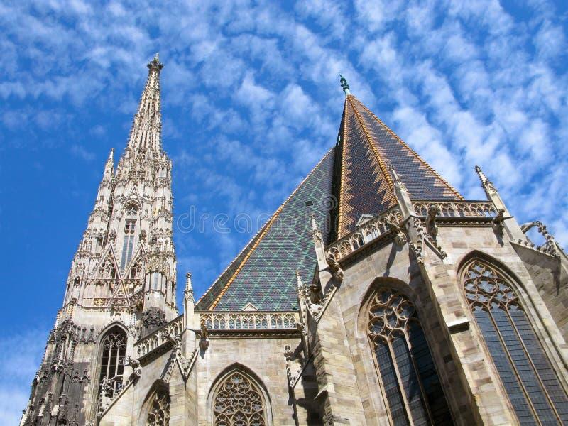 Cathédrale du ` s de l'Autriche, Vienne, St Stephen, Stephansdom, d'isolement sur le ciel bleu photos libres de droits
