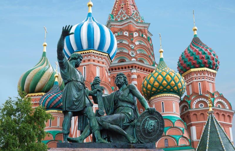 Cathédrale du ` s de la Russie, de Moscou, de St Basil avec le monument au citoyen Minin et prince Pozharsky photographie stock libre de droits
