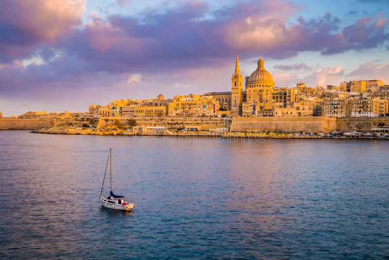 Cathédrale du ` s de La Valette, Malte - de StPaul en heure d'or à la capitale La Valette du ` s de Malte avec le voilier et le b image stock