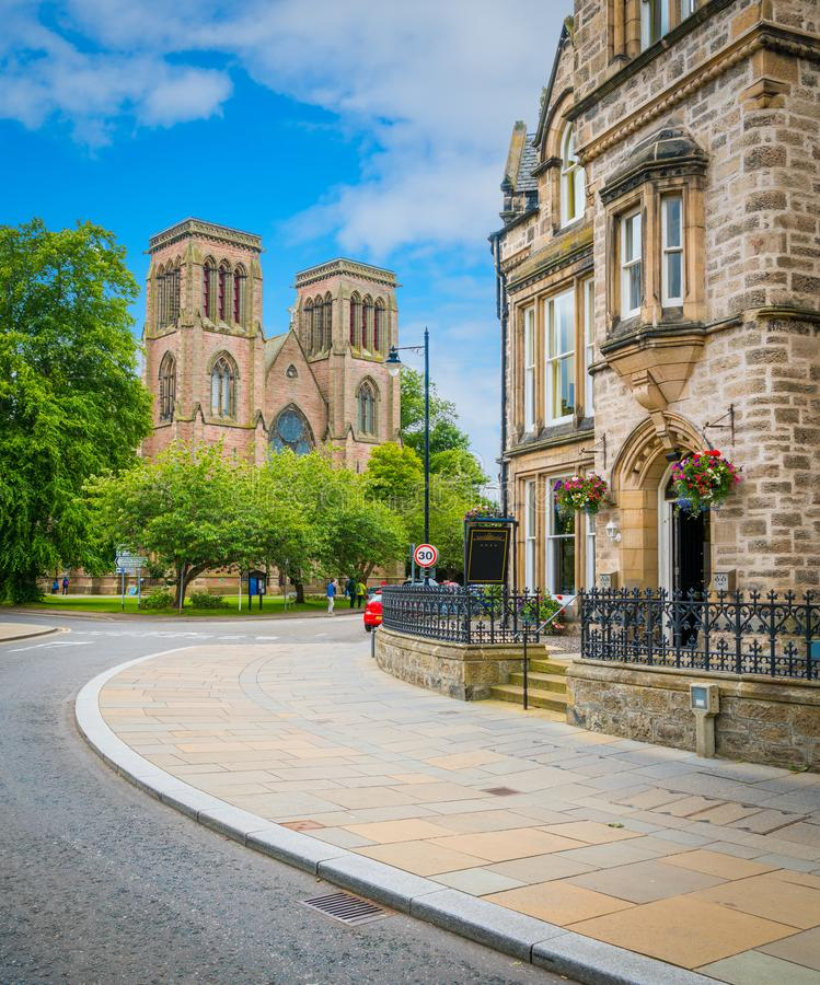 Cathédrale du ` s de St Andrew à Inverness, montagnes écossaises photo libre de droits
