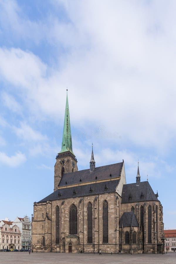 Cathédrale du ` s de St Bartholomew sur la place de République, Plzen images libres de droits