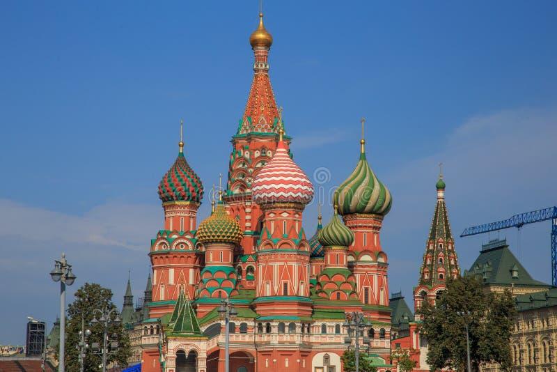 Cathédrale du ` s de St Basil sur la place rouge à Moscou et personne environ un matin d'automne photos stock