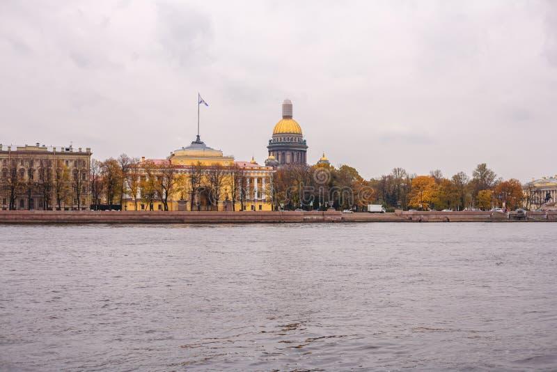 Cathédrale du ` s de St Isaac à St Petersburg dans la belle architecture d'automne images libres de droits