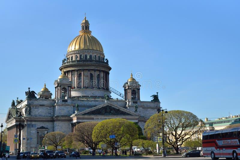 Cathédrale du ` s de St Isaac un jour ensoleillé clair à St Petersburg dedans photographie stock