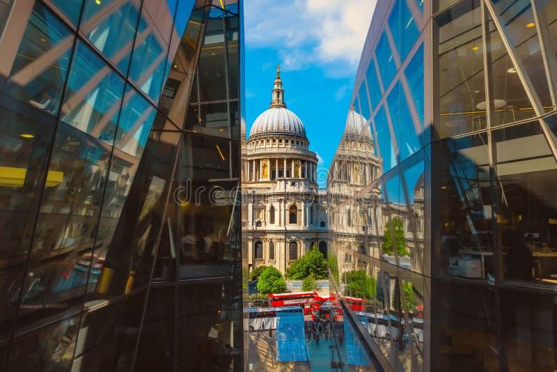 Cathédrale du ` s de St Paul à Londres, R-U photo stock