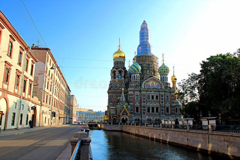 Cathédrale du sauveur sur le sang sur la restauration du dôme supérieur à St Petersburg images stock