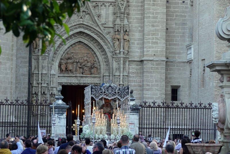 Cathédrale entrante de Semana Santa Pasos à Séville, Andalousie photos stock
