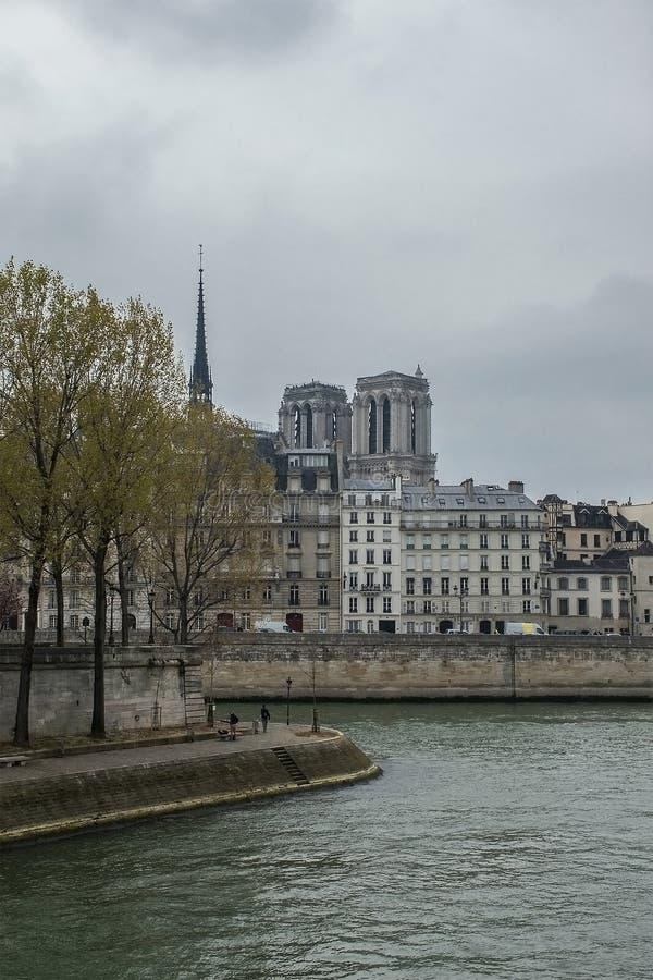Cathédrale et rivière la Seine de Notre-Dame deux jours avant le feu photographie stock libre de droits