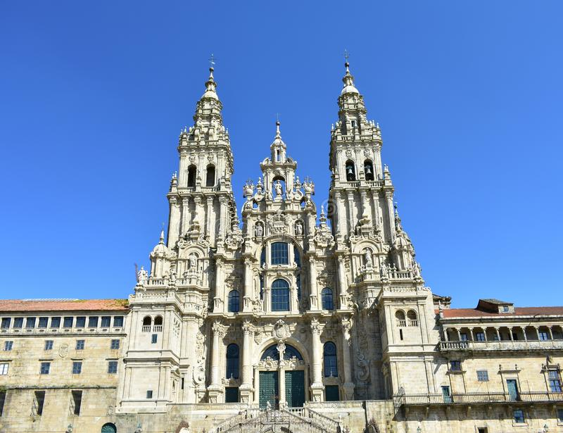 Cathédrale, façade baroque avec le ciel bleu Santiago de Compostela, Plaza del Obradoiro, Espagne image stock