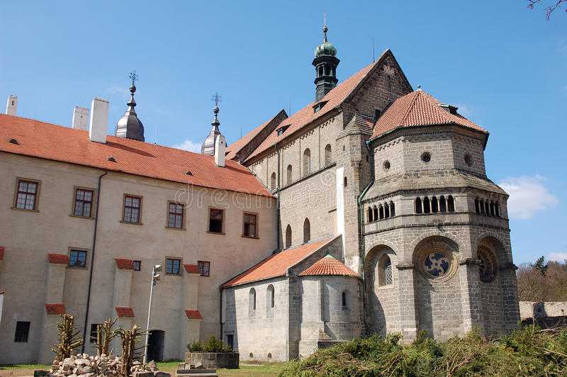 Cathédrale gothique à l'extérieur dans Trebic image stock