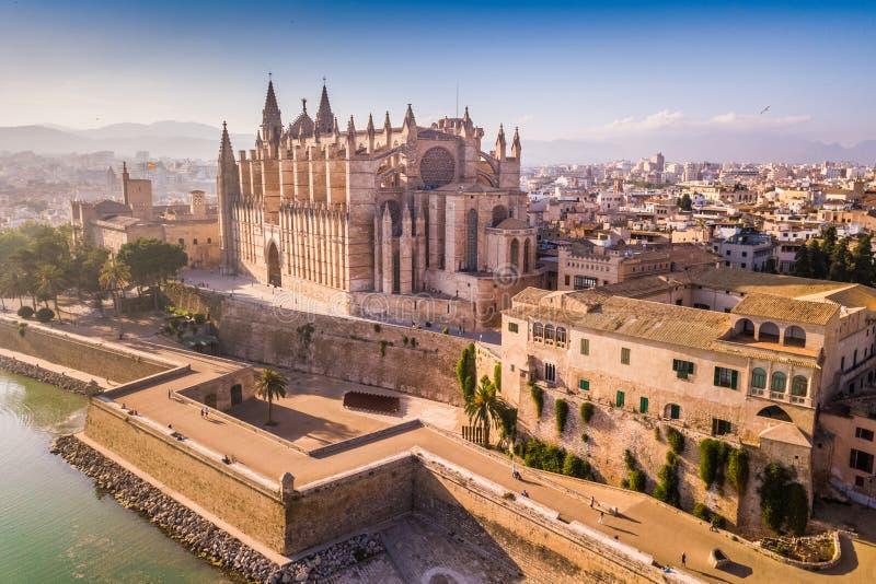 Cathédrale historique en Palma de Mallorca vue de bourdon images libres de droits