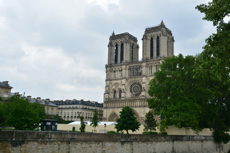 Cathédrale légendaire Notre Dame de Paris Bel achitecture parisien Point de repère magnifique après le feu destructif photos stock