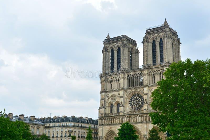 Cathédrale légendaire Notre Dame de Paris Bel achitecture parisien Point de repère magnifique après le feu destructif photographie stock libre de droits